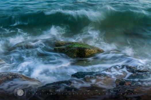 Roca entre olas. Playa Mijorn. Formentera