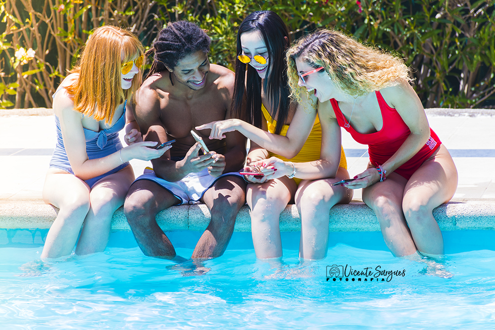 Jóvenes en piscina