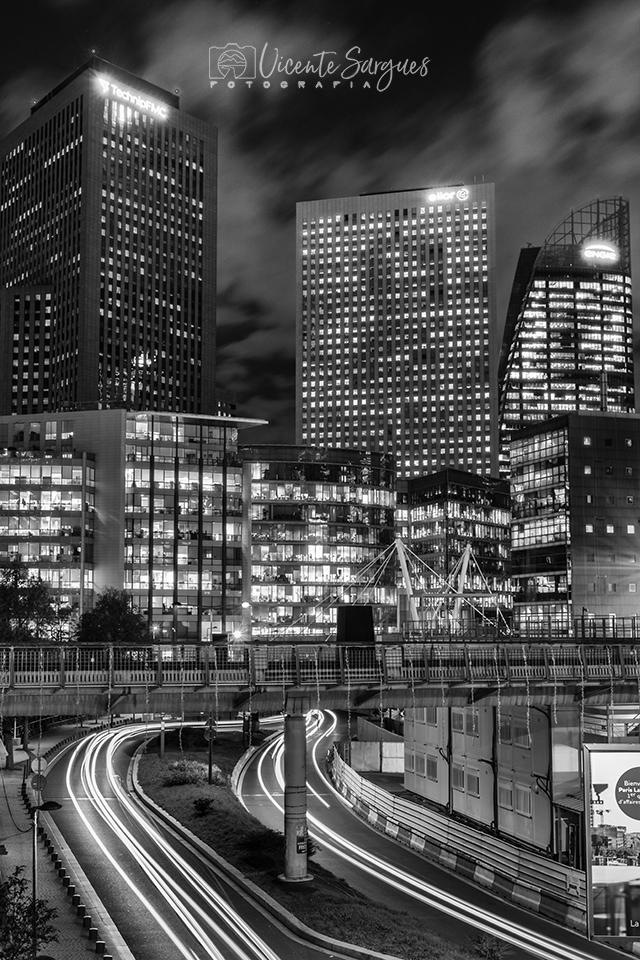 Edificios modernos iluminados