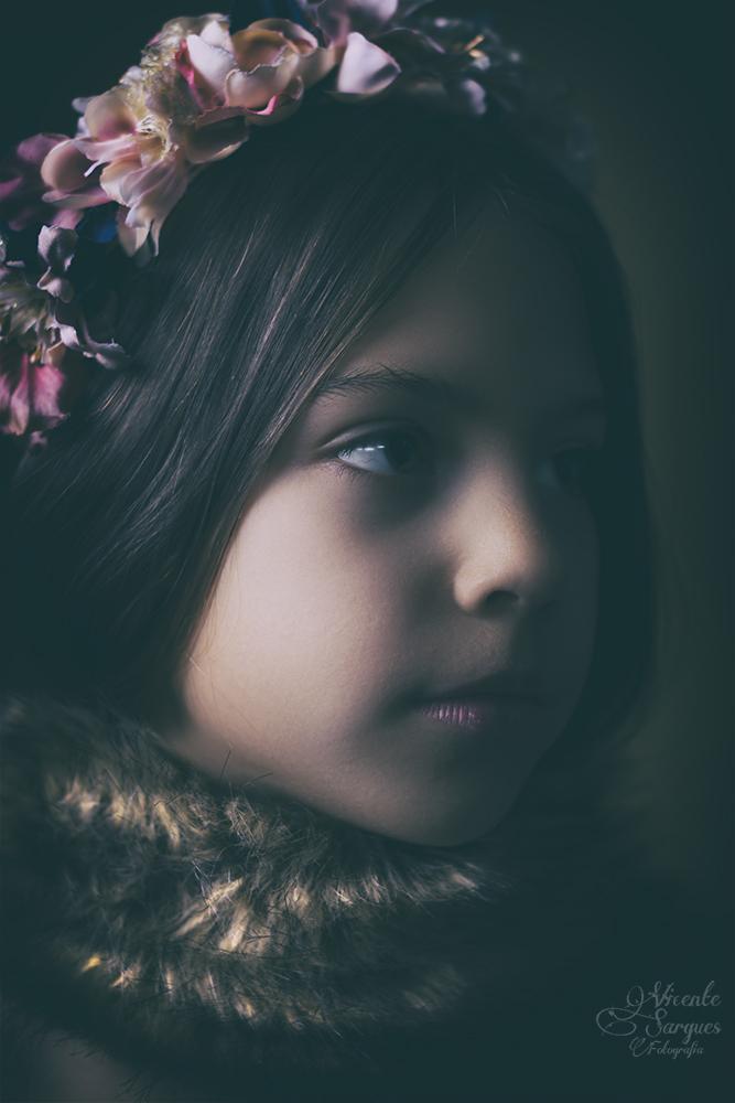 Retrato infantil con flores