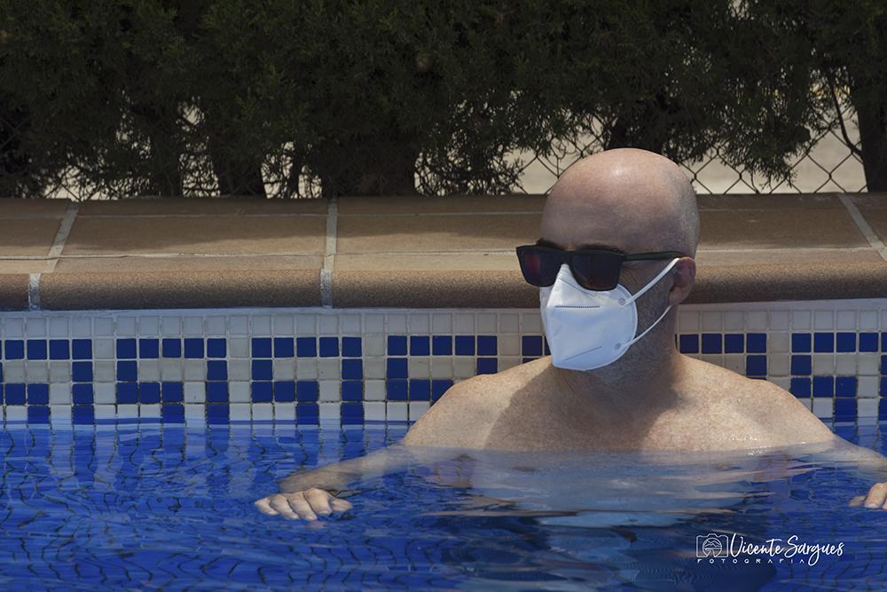 En la piscina con mascarilla