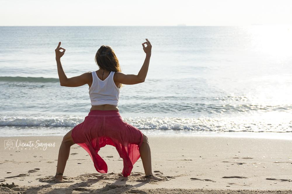 Yoga al amanecer en la playa