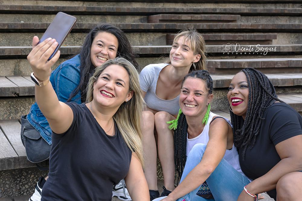 Grupo de amigas con móvil
