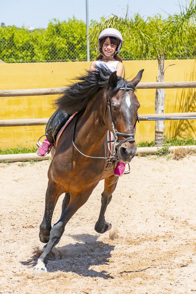 Vera a caballo al galope